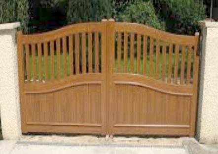 particularit s d un portail de maison en bois. Black Bedroom Furniture Sets. Home Design Ideas